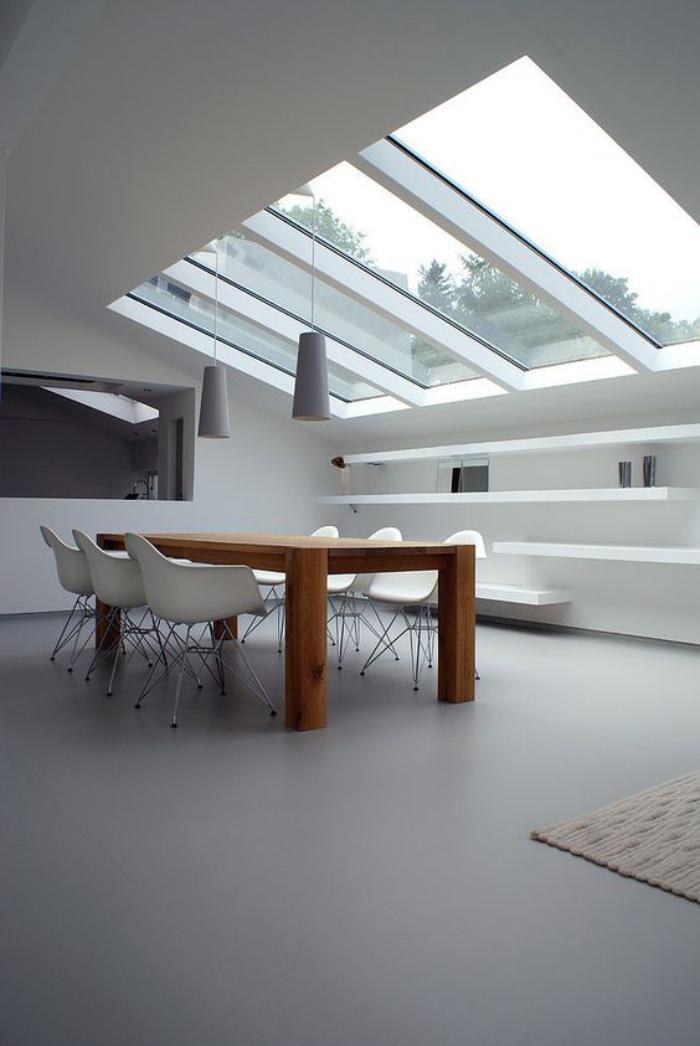 puits-de-lumière-cuisine-équipement-minimaliste-grande-table-en-bois