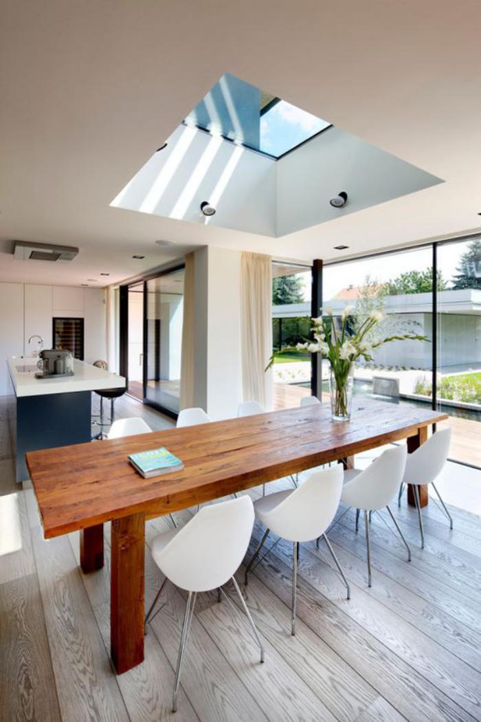puits-de-lumière-cuisine-avec-grande-table-de-déjeuner
