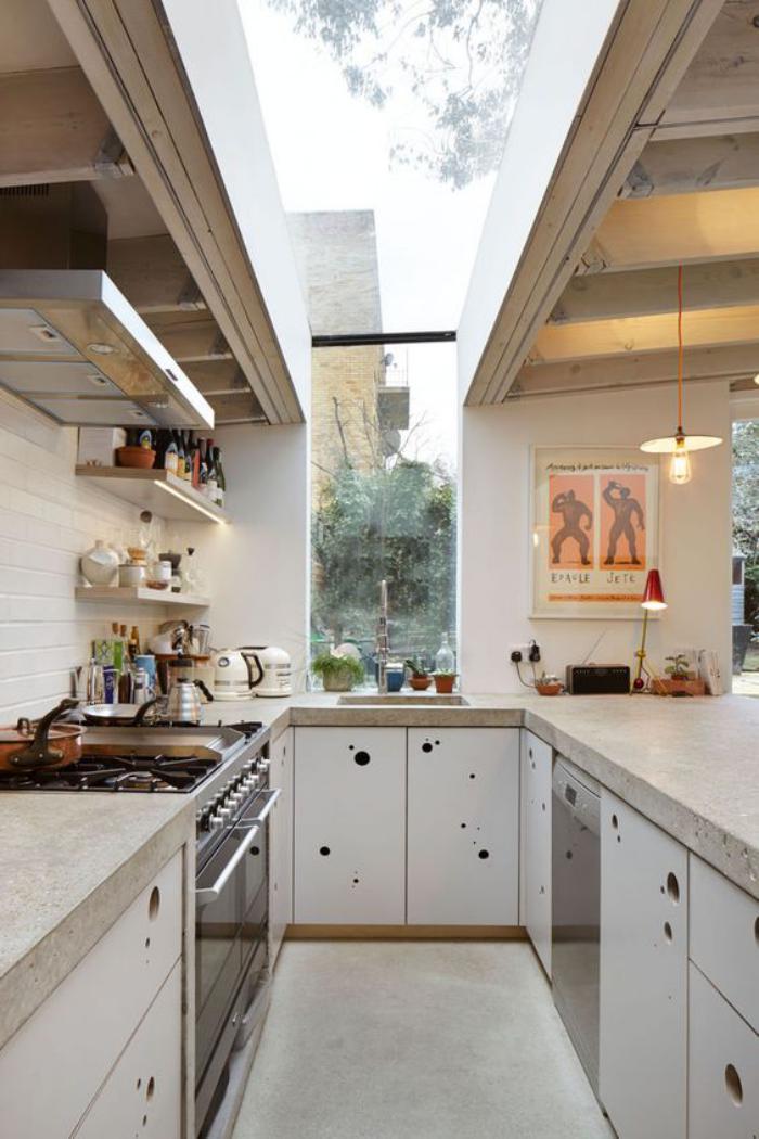 puits-de-lumière-grand-puits-de-lumière-sur-la-toiture-jolie-cuisine-blanche