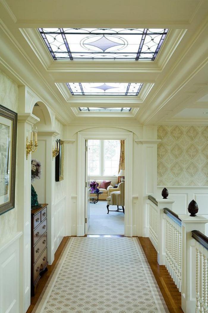 puits-de-lumière-intérieur-élégant-fenêtres-de-toit-avec-vitraux