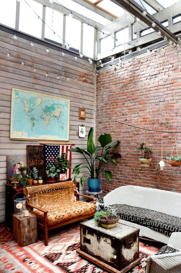 puits-de-lumière-salon-boho-chic-mur-en-briques