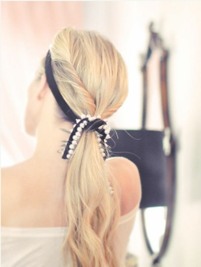 queue-de-cheval-ruban-noir-cheveux-blonds-femme-moderne-tendance-coiffure-2016