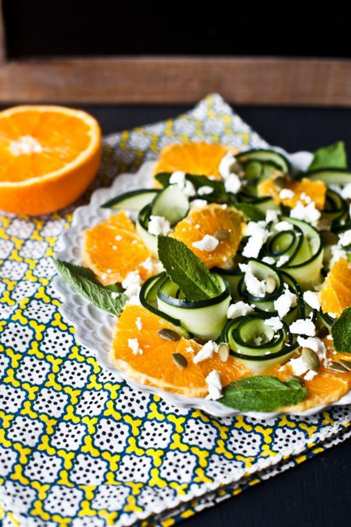 repas-diététique-orange-et-concombres-feuilles-de-menthe-fraîche