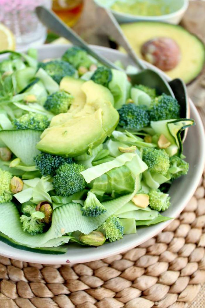 repas-diététique-salade-aux-légumes-vertes-et-avocat