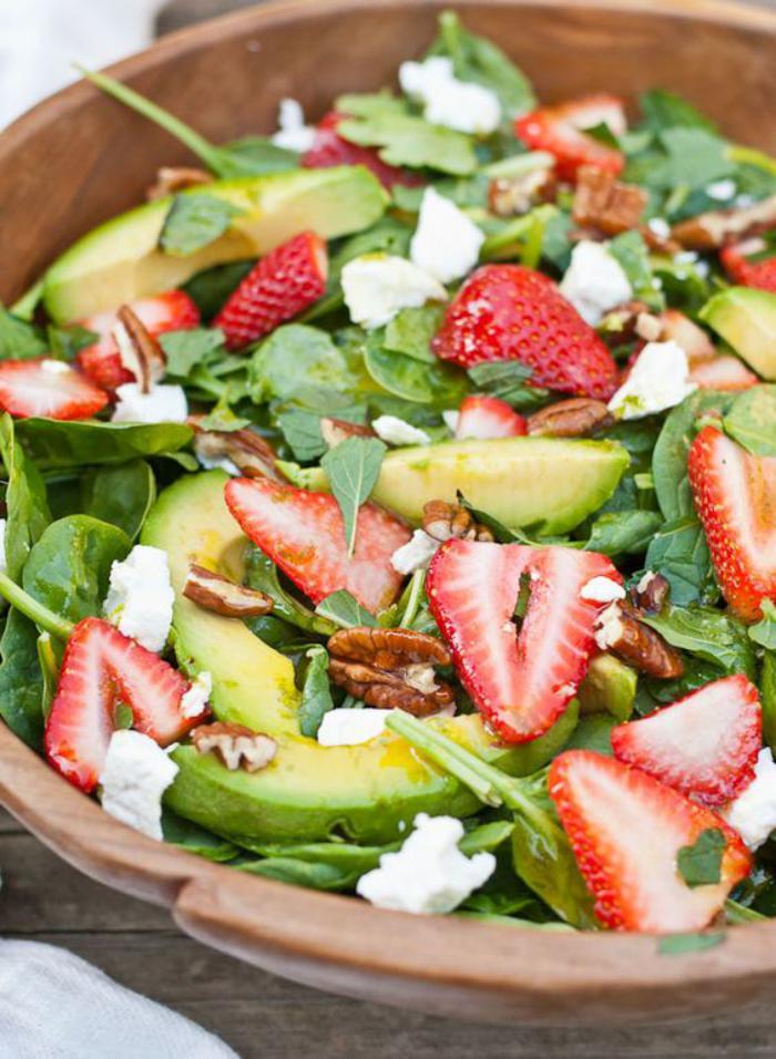 repas-diététique-salade-avocat-et-fraises-avec-fromage