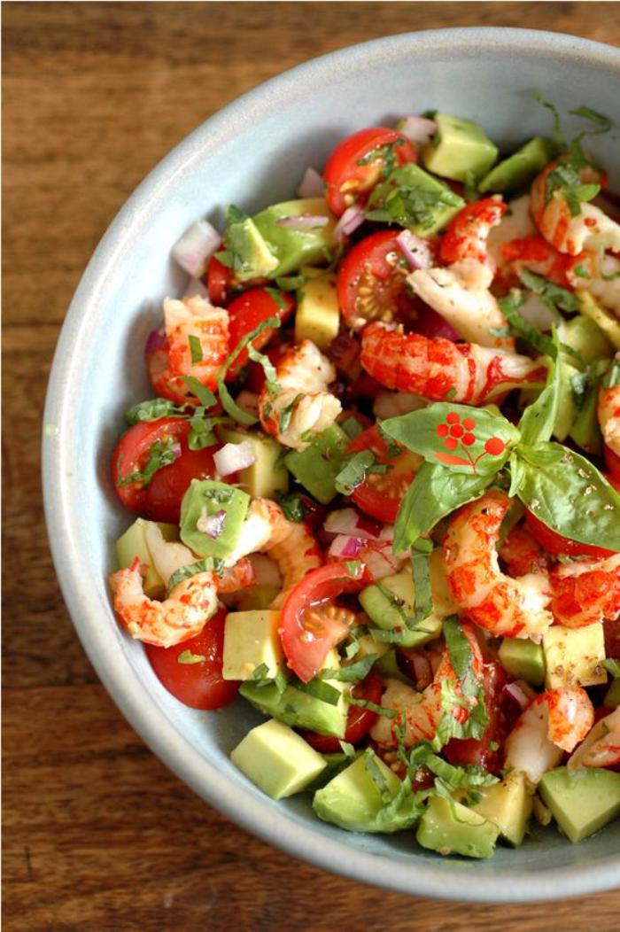 repas-diététique-salade-crevettes-avocat-et-tomates