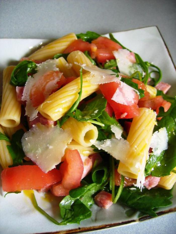 repas-diététique-salade-de-pâte-et-légumes-avec-parmesan