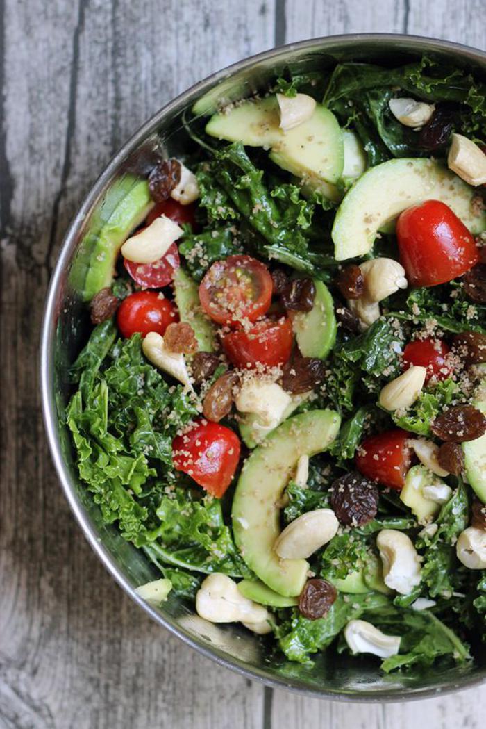 repas-diététique-salade-légumes-et-raisins-secs