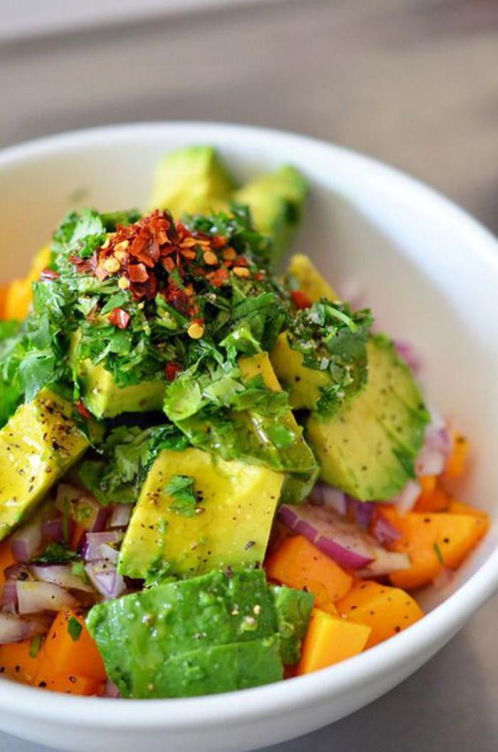 repas-diététique-salade-originale-combinaison-de-produits-sains