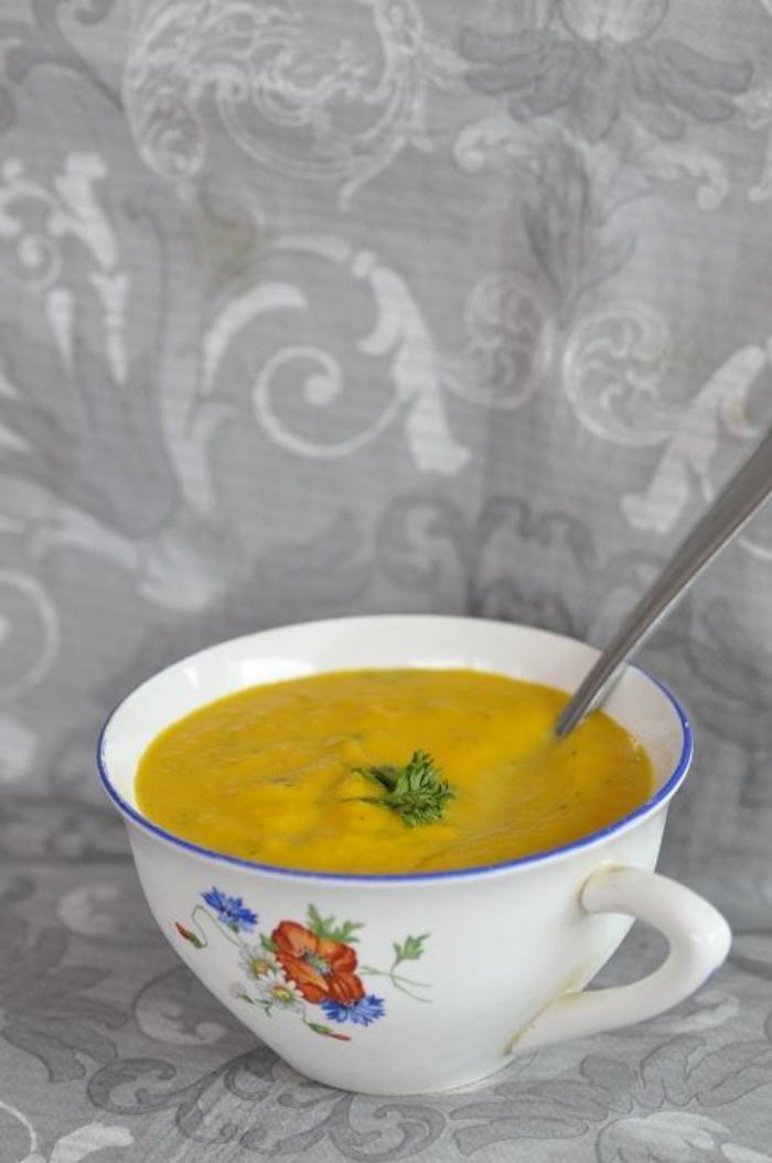 repas-diététique-velouté-légumes-savoureux-apétissant