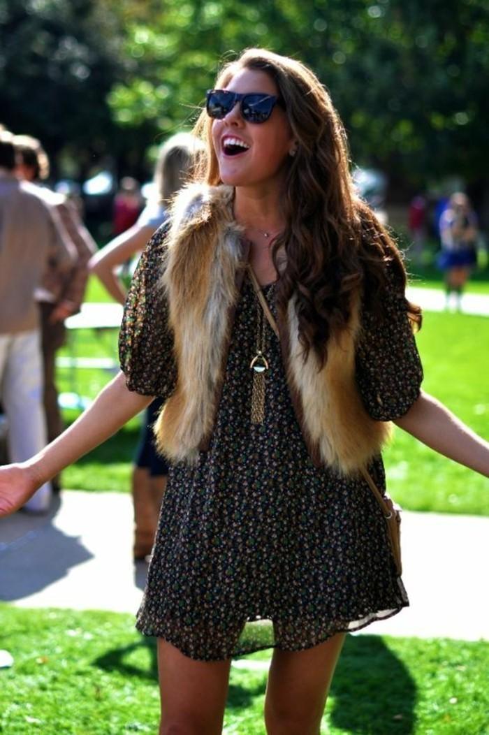 robe-hippy-avec-jolie-gilet-courte-en-fourrure-robe-boheme-lunettes-de-soleil