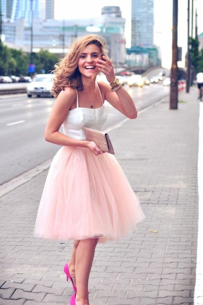 robe-mi-longue-rose-top-blanc-femme-cheveux-blonds-tendances-de-la-mode