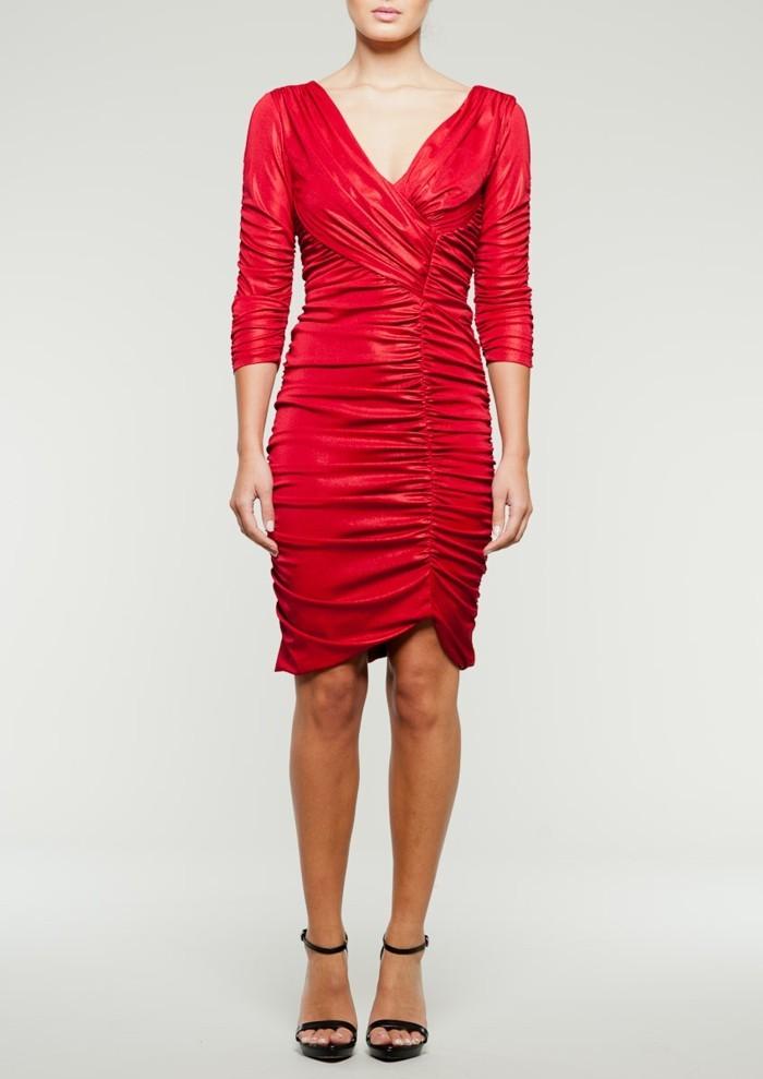 robe-portefeuille-rouge-effets-drapes-sur-le-corps-soulignant-les-courbes-resized