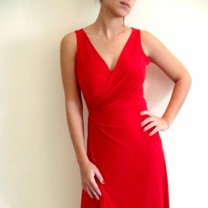 robe-portefeuille-rouge-sur-le-corps-super-moulante-resized