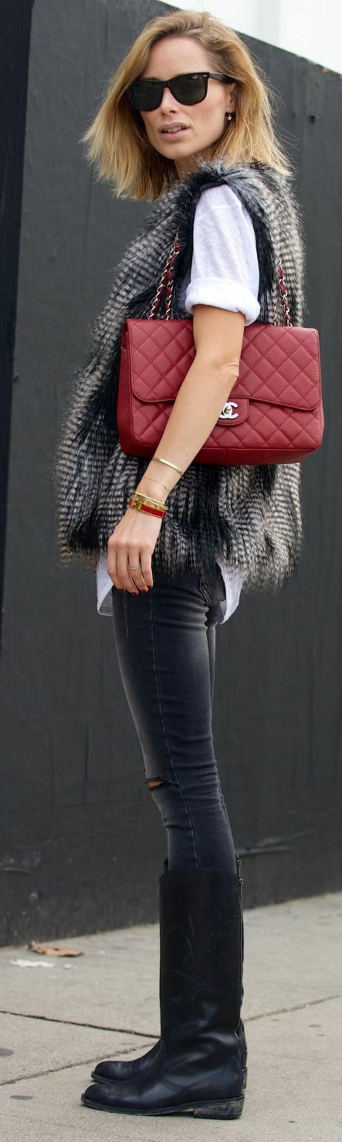 sac-a-main-channel-en-cuir-rouge-veste-sans-manche-femme-fourrure-gris-t-shirt-blanc