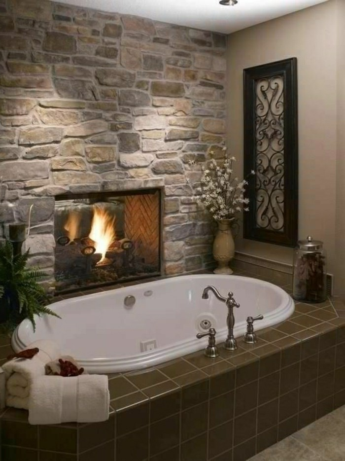 salle-de-bain-en-pierres-baignoire-blanche-salle-de-bain-moderne-plafond-blanc-resized