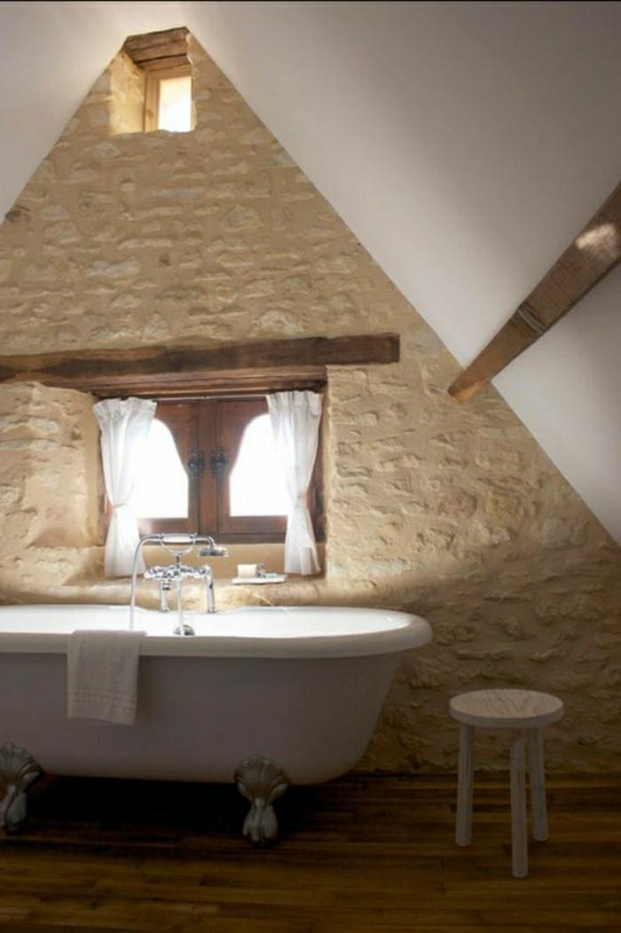 salle-de-bain-sous-pente-baignoire-blanche-salle-de-bain-sous-pente-mur-en-pierres-resized