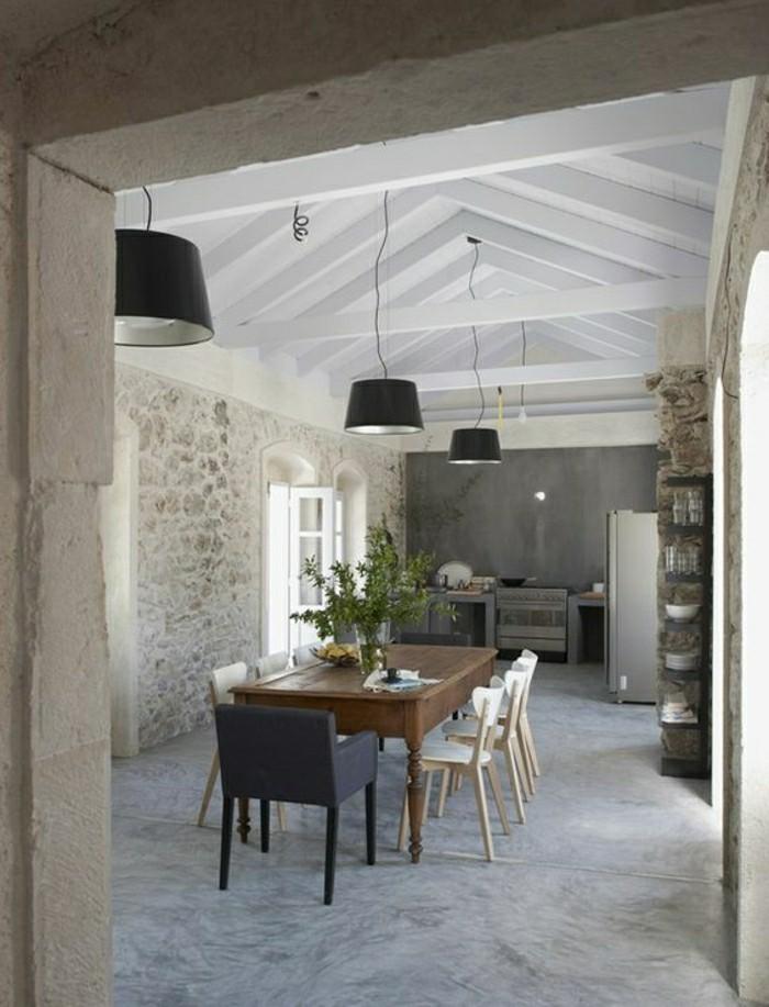 salle-de-sejour-sol-en-beton-ciré-fleurs-sur-la-table-plafond-en-bois-de-couleur-blanc-resized