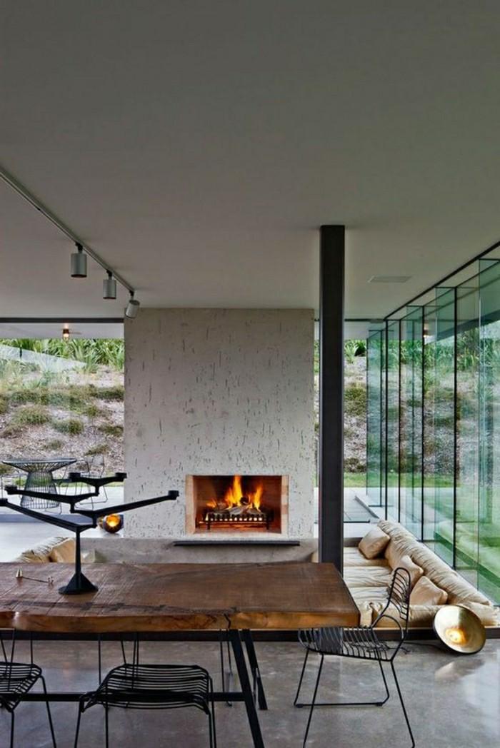 salon-avec-decoration-murale-en-pierre-et-jolie-cheminée-d-interieur-resized