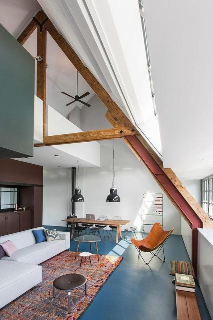 salon-avec-plafond-sous-pente-amenagement-sous-combles-tapis-coloré-sol-bleu