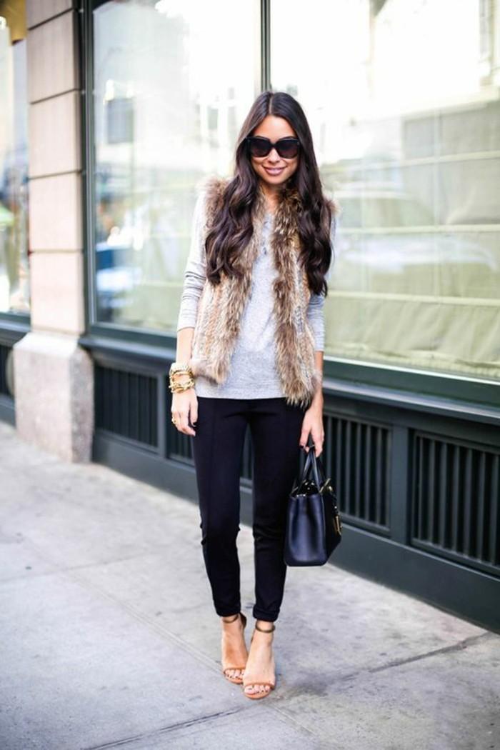 sandales-a-talons-denim-slim-noir-cheveux-marrons-longs-blouse-grise
