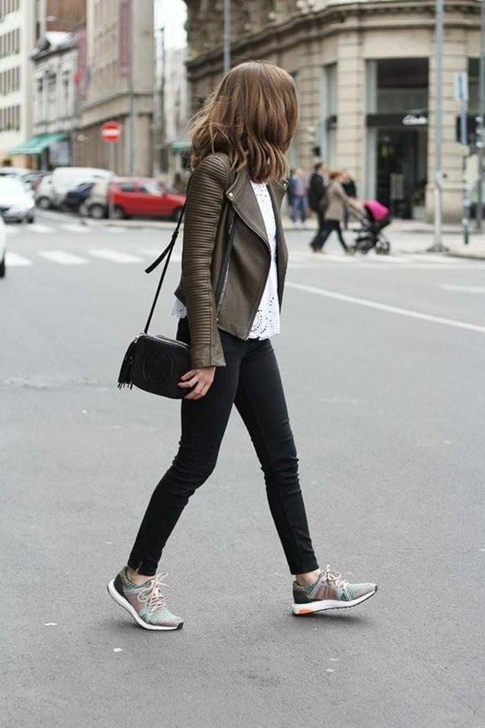 sarenza-sneakers-pantalon-noir-top-blanc-veste-en-cuir-vert-foncé-cheveux-courts
