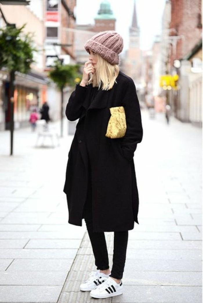 sneakers-adiddas-blancs-manteau-noir-femme-moderne-blonde-pantalon-slim-noir