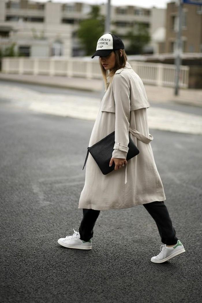 sneakers-beiges-manteau-beige-pantalon-noir-chapeau-sportif-tendances-de-la-mode-sac-a-main-noir