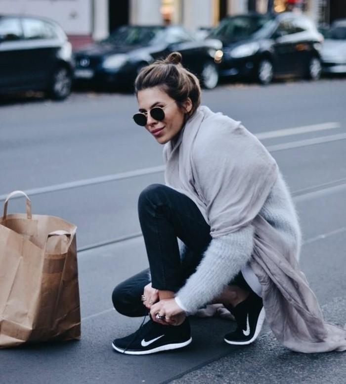 sneakers-blanc-noir-nike-lunettes-de-soleil-noires-femme-balayage-blond