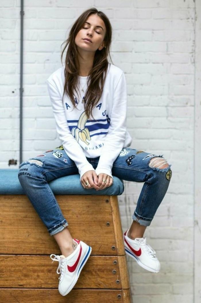 sneakers-blanches-femme-denim-déchiré-femme-blouse-originale-blanche