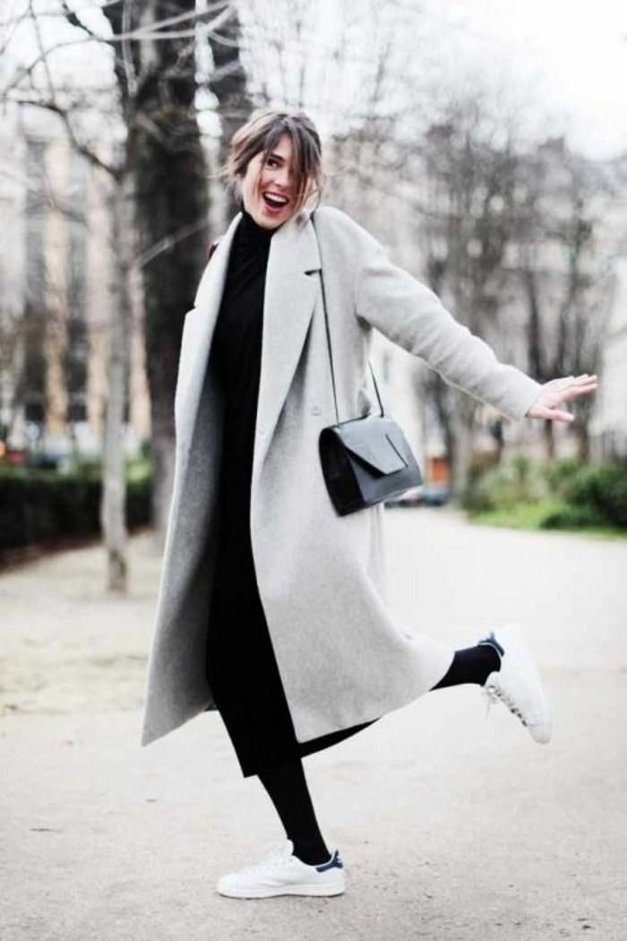 sneakers-blancs-manteau-gris-longue-blouse-noire-femme-sac-a-dos-en-cuir-noir