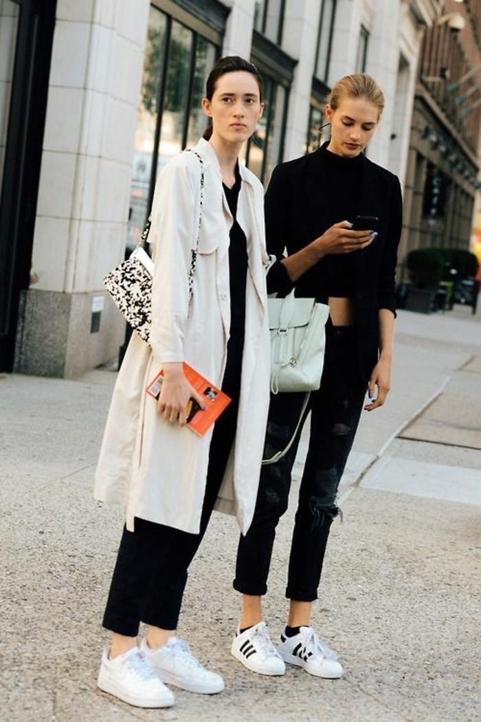 sneakers-blancs-mode-pantalons-noirs-tendances-de-la-mode-femme-manteau-beige