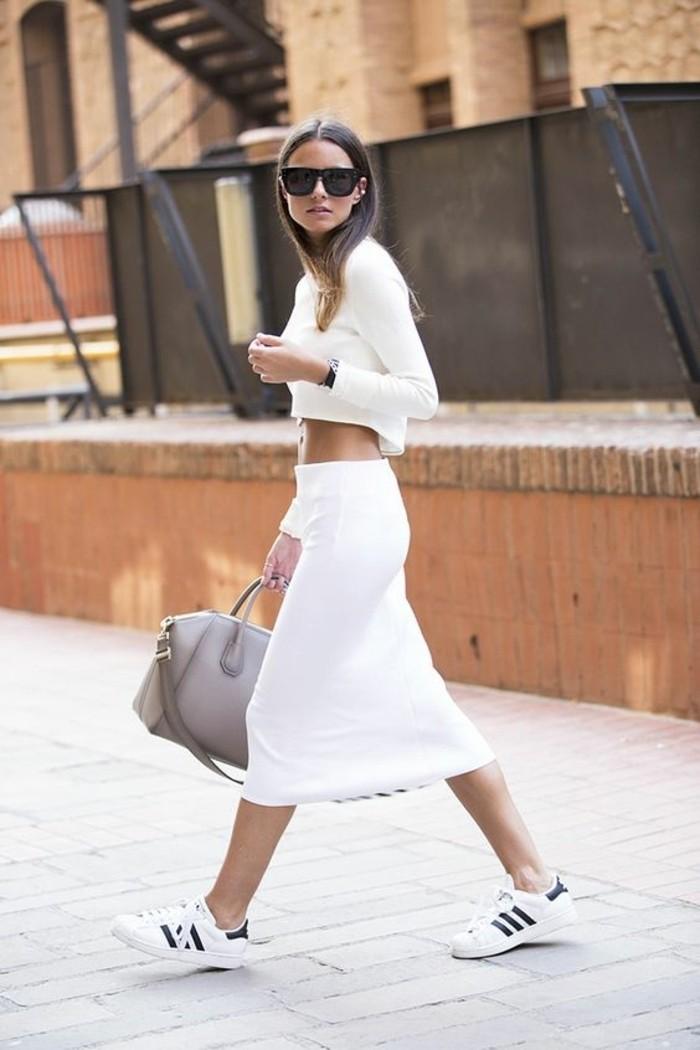 sneakers-blancs-tendances-de-la-mode-outfit-en-beige-femme-moderne