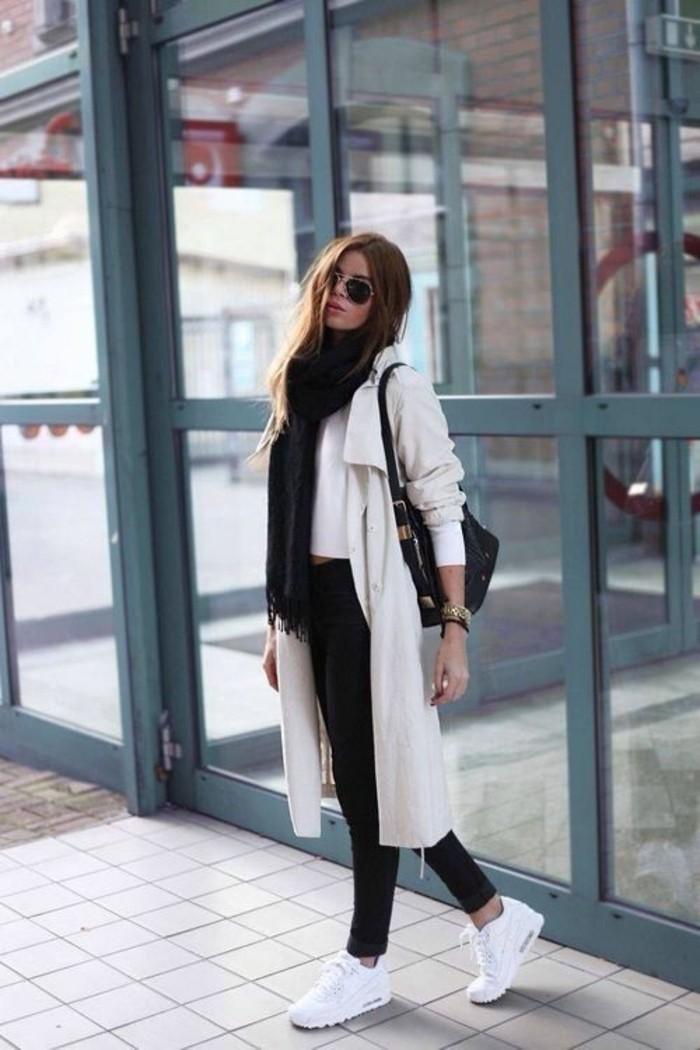 sneakers-blancs-tendances-femme-pantalon-noir-denim-noir-grande-echarpe-femme-manteau-beige