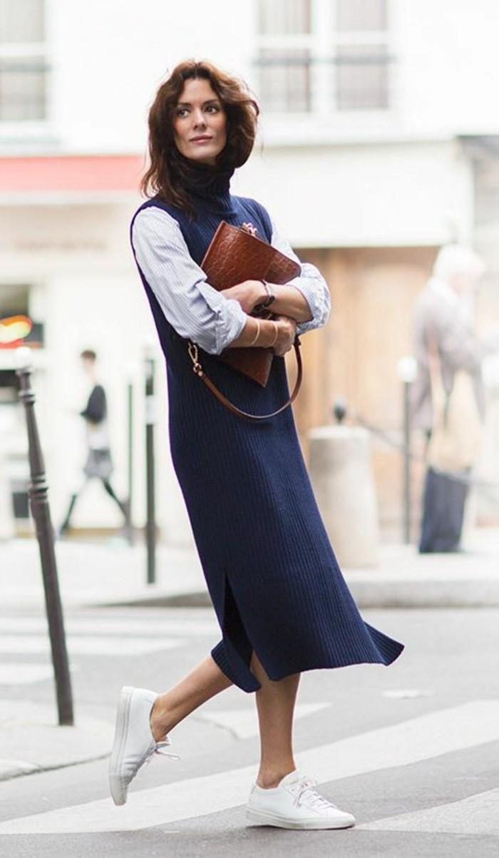 sneakers-femme-blancs-robe-longue-bleu-foncée-les-dernieres-tendances-de-la-mode