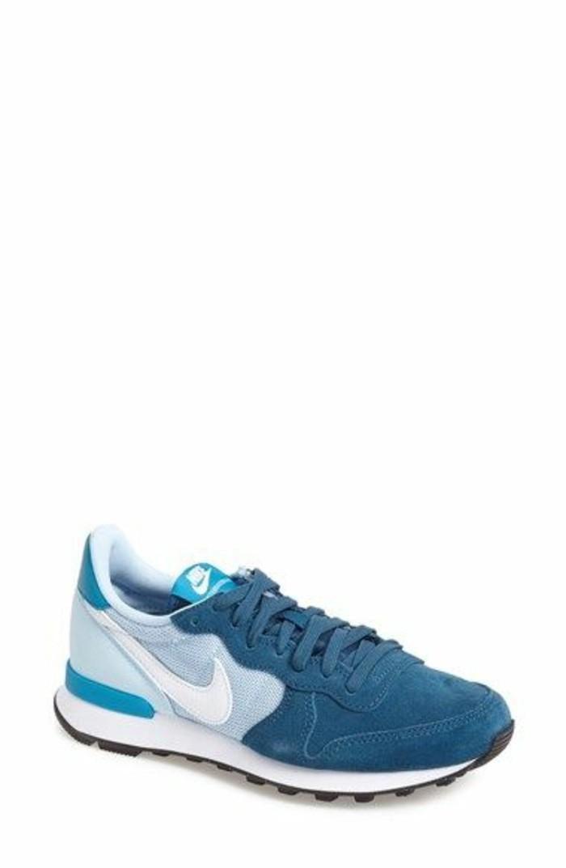 sneakers-femme-bleu-sneakers-nike-blanc-bleu-foncé-chaussures-sportifs