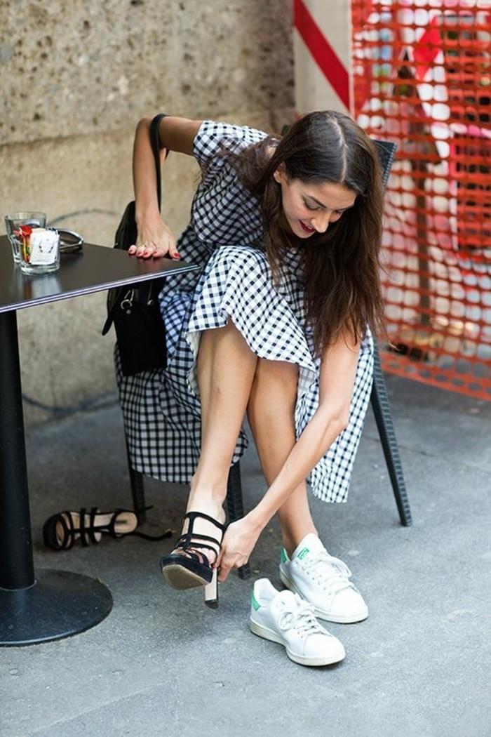 sneakers-femme-tendances-de-la-mode-sarenza-sneakers-blanches-robe-blanc-aux-rayures-noires