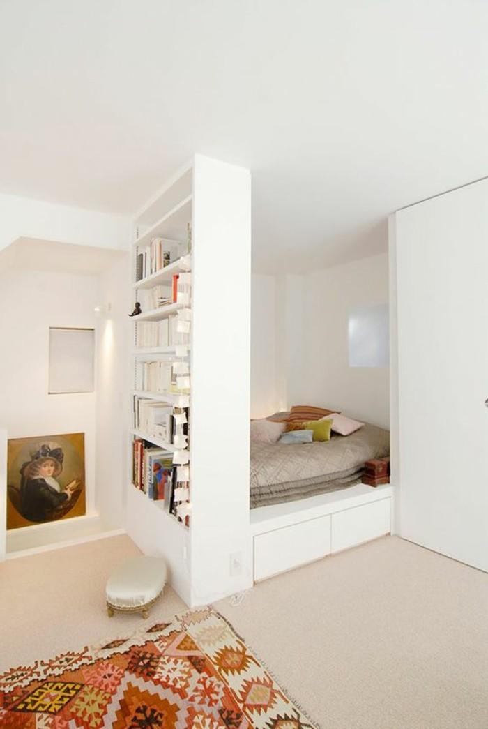 sol-en-moquette-beige-tapis-coloré-murs-blancs-lit-doubles-dans-la-chambre-a-coucher