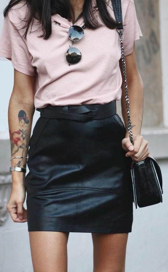 t-shirt-en-rose-pale-avec-jupe-courte-en-cuir-noir-sac-bandoulière-en-cuir-sac-channel