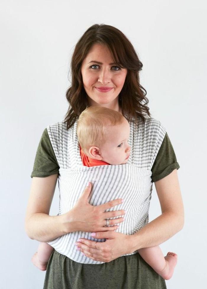 t-shirt-vert-foncé-design-femme-porte-bebe-kengourou-à-rayures-blancs-gris