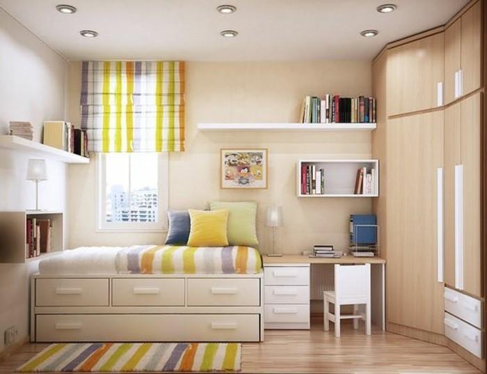 tapis-coloré-sol-en-parquet-clair-etagere-murale-en-bois-murs-beiges-tapis-coloré