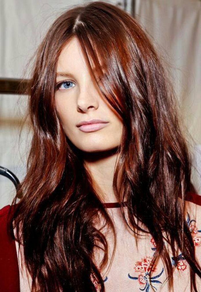 teinture-acajou-couleur-acajou-sur-cheveux-longs