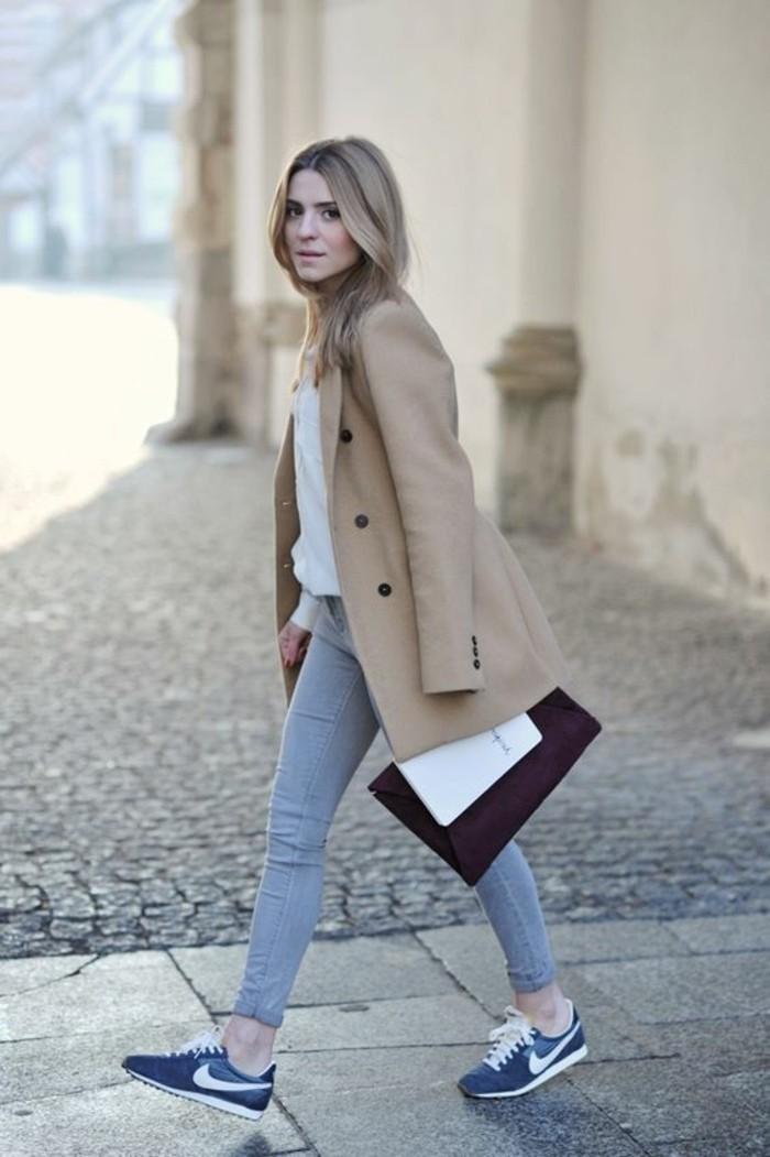 tendances-de-la-mode-femme-baskets-bleus-foncés-blanches-manteau-beige-femme