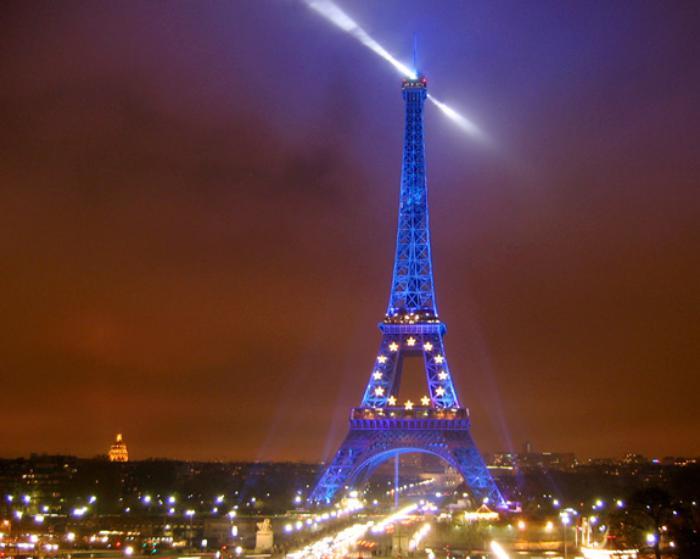 tour-еiffel-illuminée-éclairée-en-lumière-bleue