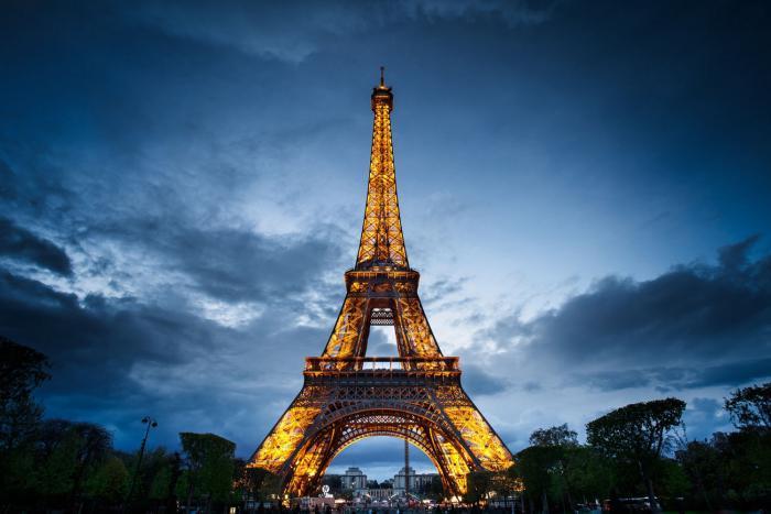 tour-еiffel-illuminée-le-symbole-de-Paris-pendant-la-nuit