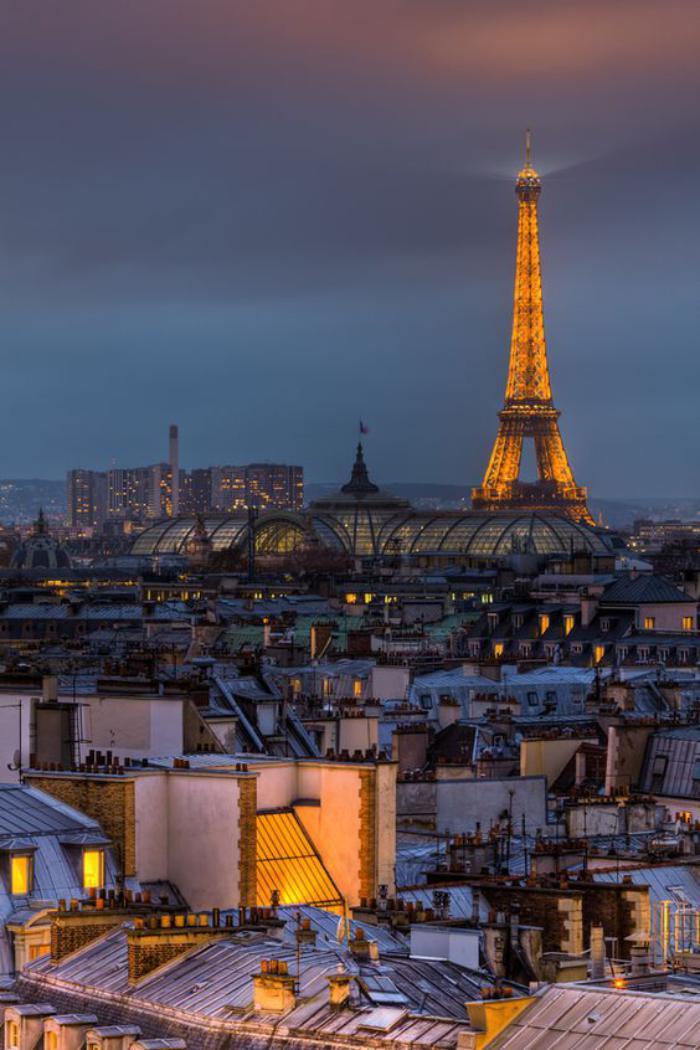 tour-еiffel-illuminée-en-or-les-toits-de-Paris