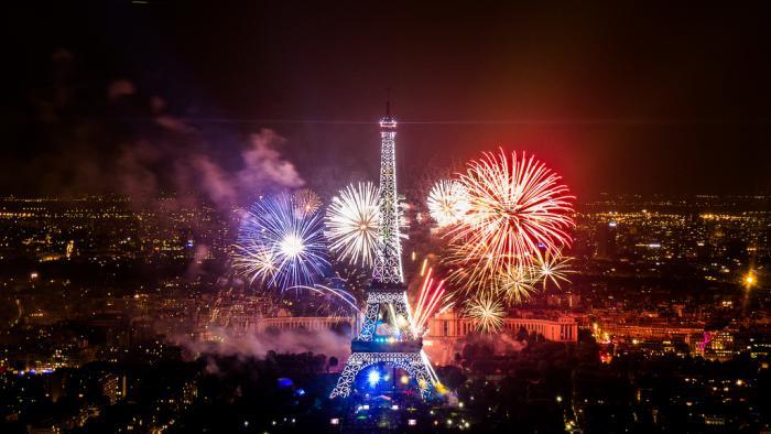 tour-еiffel-illuminée-et-feu-d'artifice-pour-quatorze-juillet