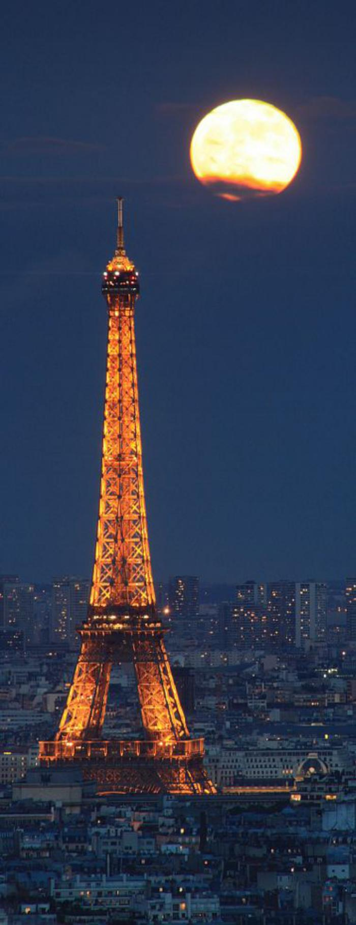 tour-еiffel-illuminée-le-monument-symbole-se-dresse-au-dessus-de-la-ville