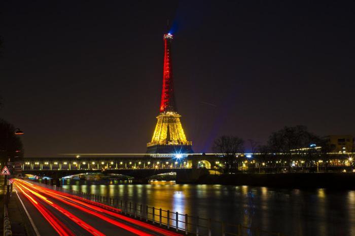 tour-еiffel-illuminée-les-couleurs-de-la-nuit-à-Paris
