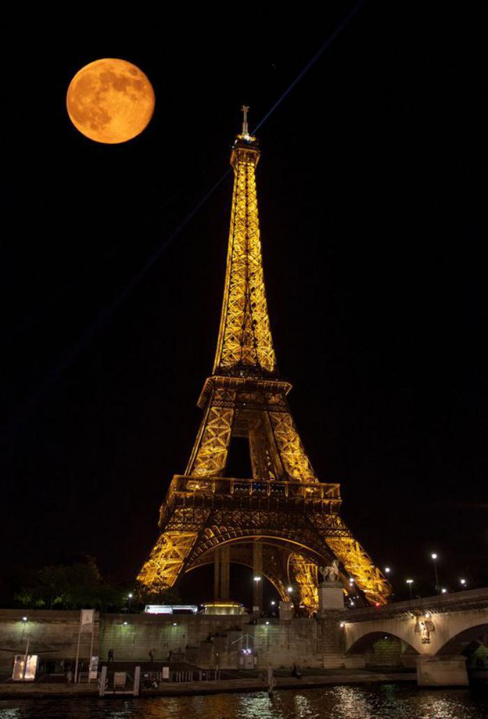 tour-еiffel-illuminée-pleine-lune-au-dessus-de-la-tour-eiffel